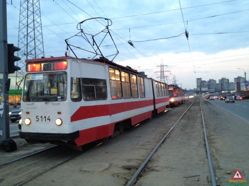 Пассажиры петербургского трамвая толкали его по рельсам