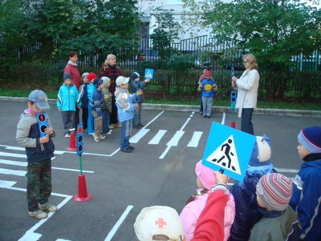 Дорожное движение игра  в детском саду